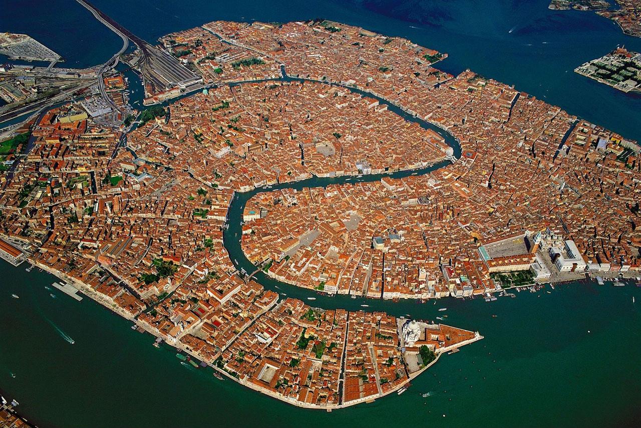 Vista aérea dos labirintos de Veneza, onde se perder é a melhor parte.